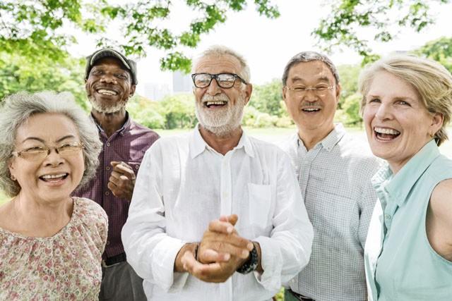 Lächelnde Gruppe älterer Menschen. Foto: Fotolia/Rawpixel.com